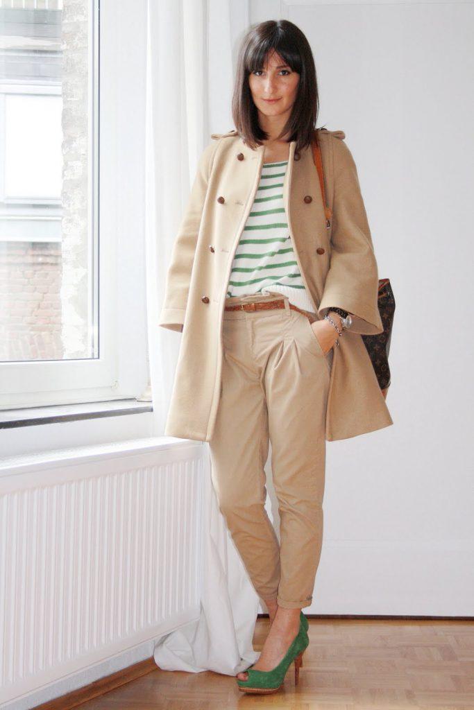 Бежевые женские брюки чинос и пальто