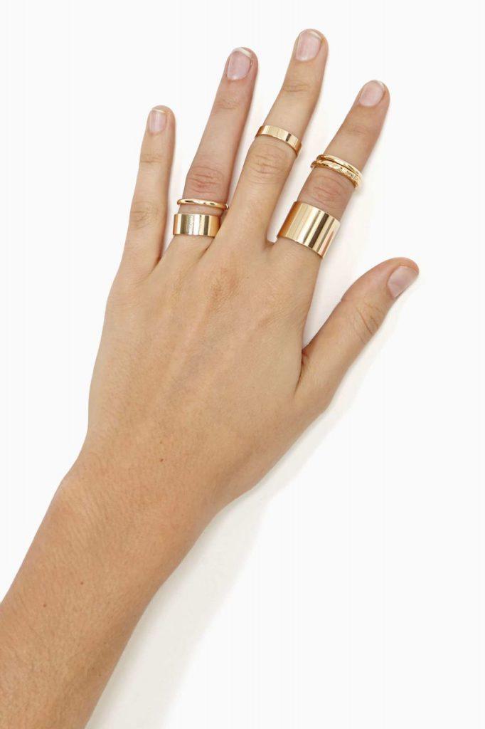 Золотистые кольца разной толщины на фаланги пальцев
