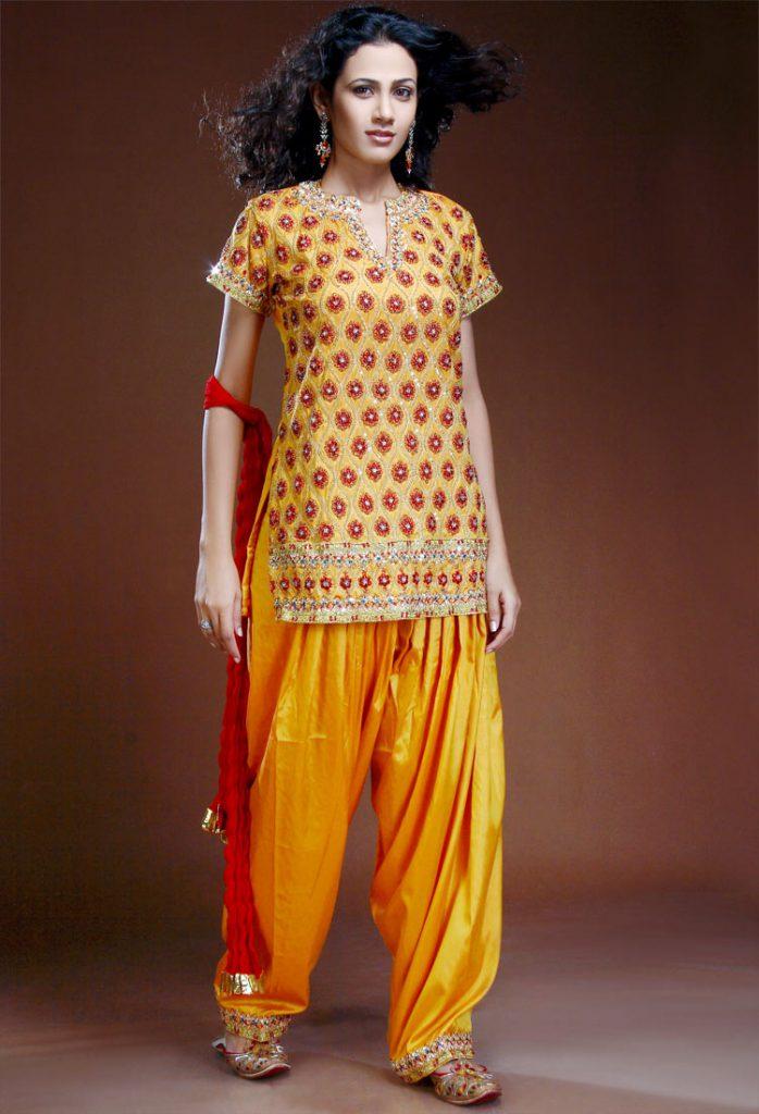Оранжевый индийский женский костюм