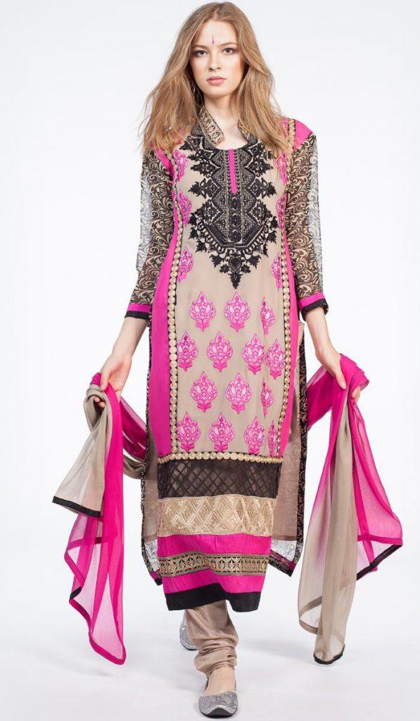 Женское платье с розовыми акцентами в индийском стиле