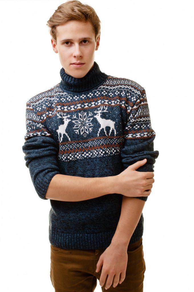 Синий мужской свитер с оленями в норвежском стиле