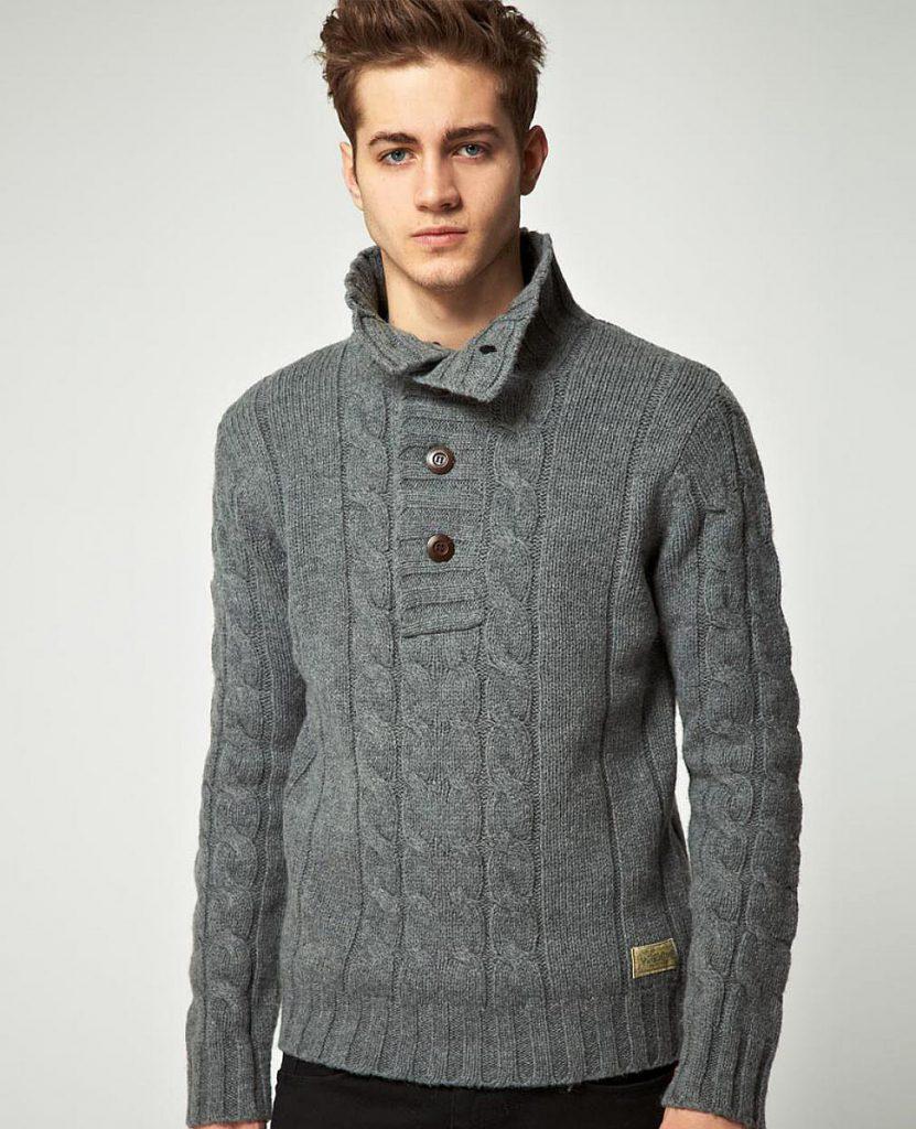 Серый мужской свитер с воротников