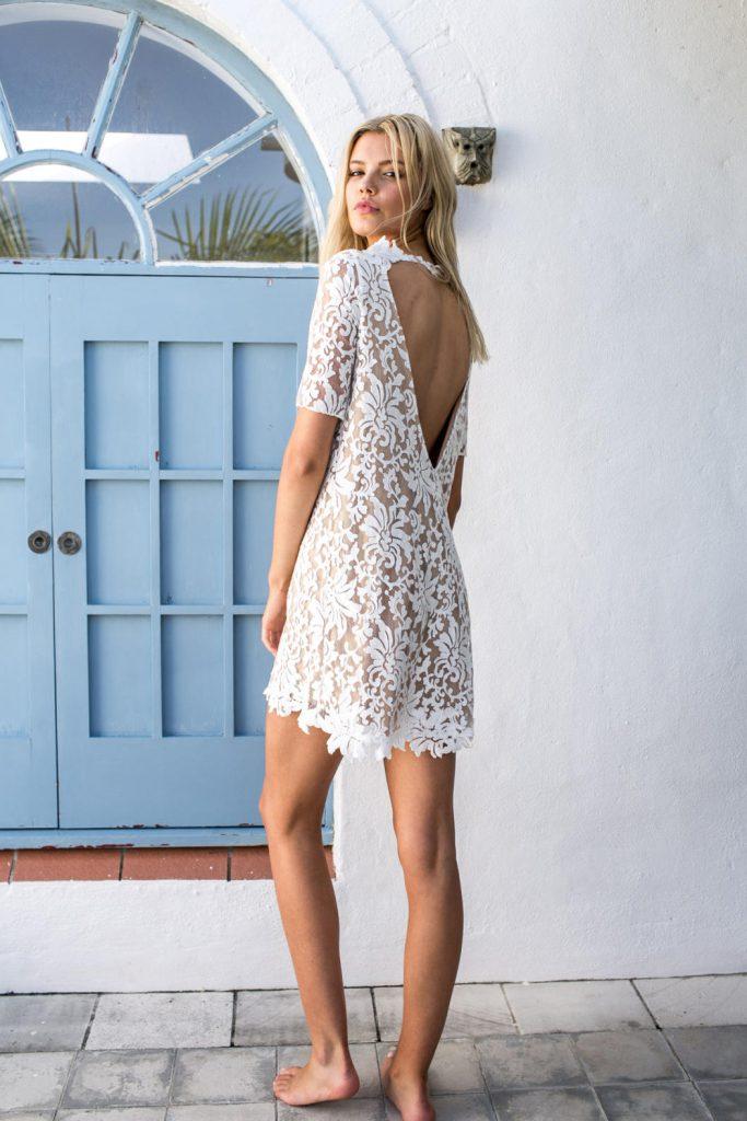 Короткое винтажное свадебное платье с вырезом на спине
