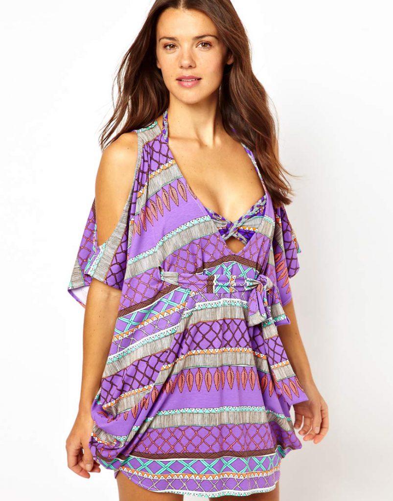 Яркое пляжное платье с открытыми плечами