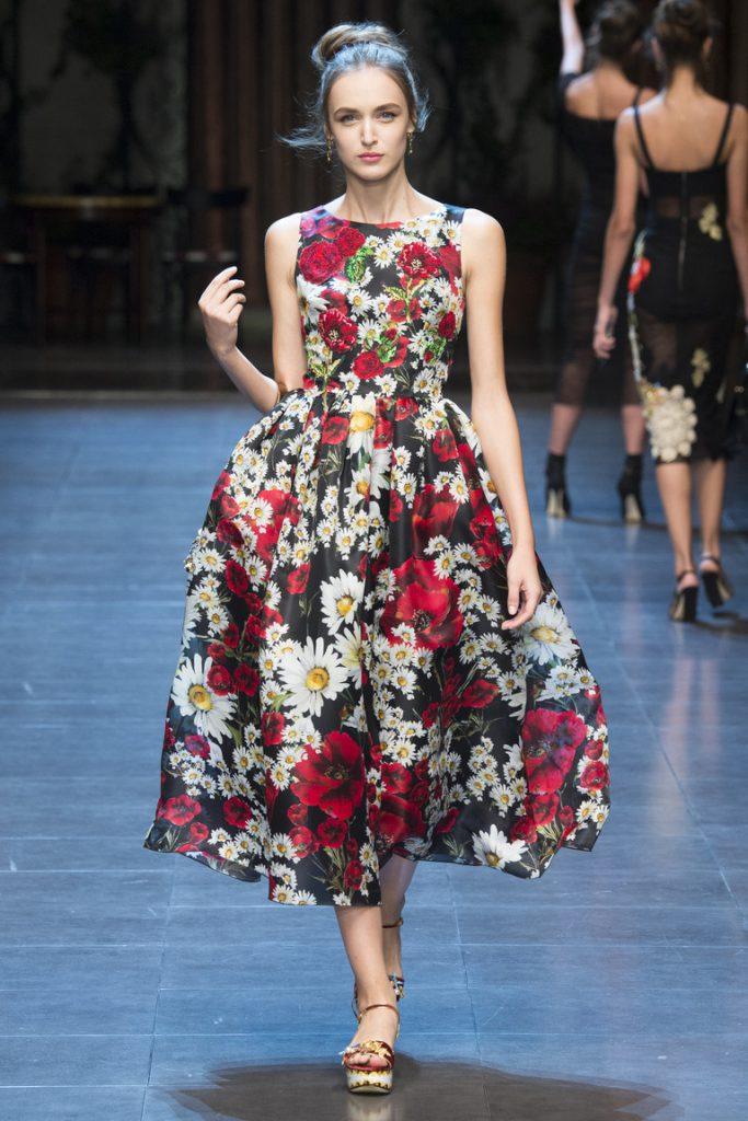 Яркое цветастое летнее платье