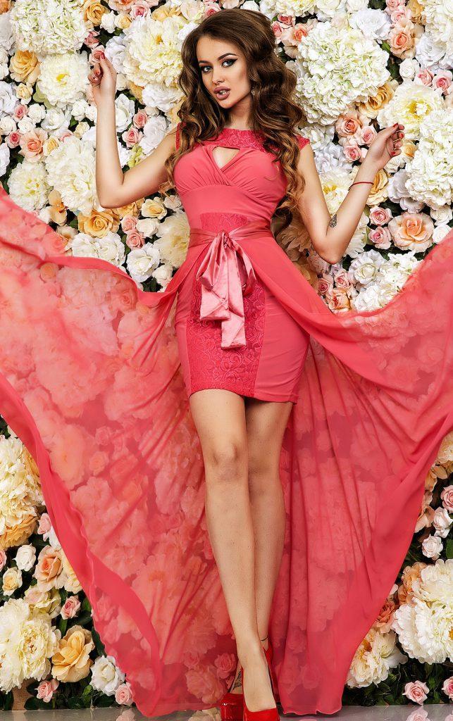 Розовое платье со шлейфом из шифона