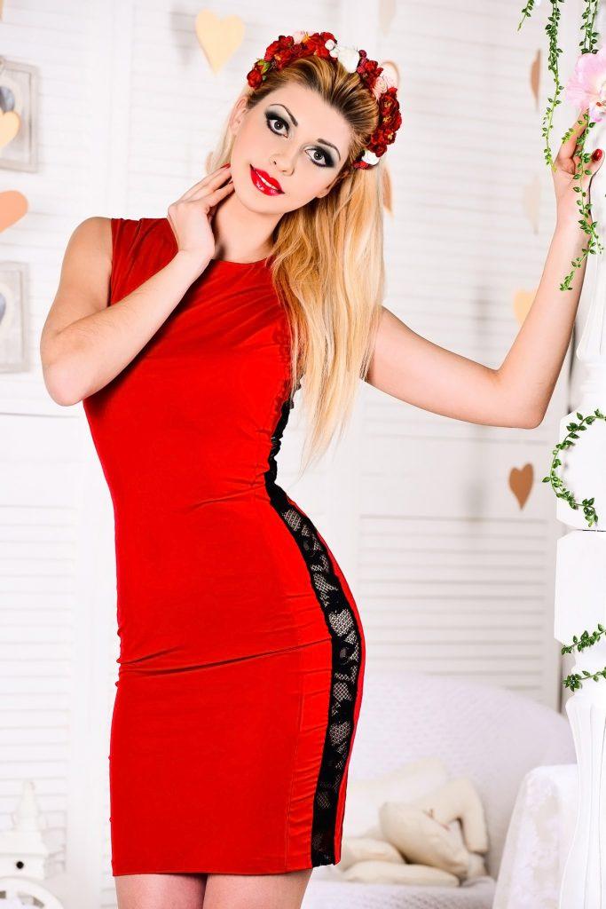 Красно-черное платье со вставками из гипюра