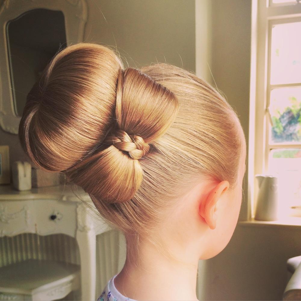 Красивый пучок для девочки на длинные волосы