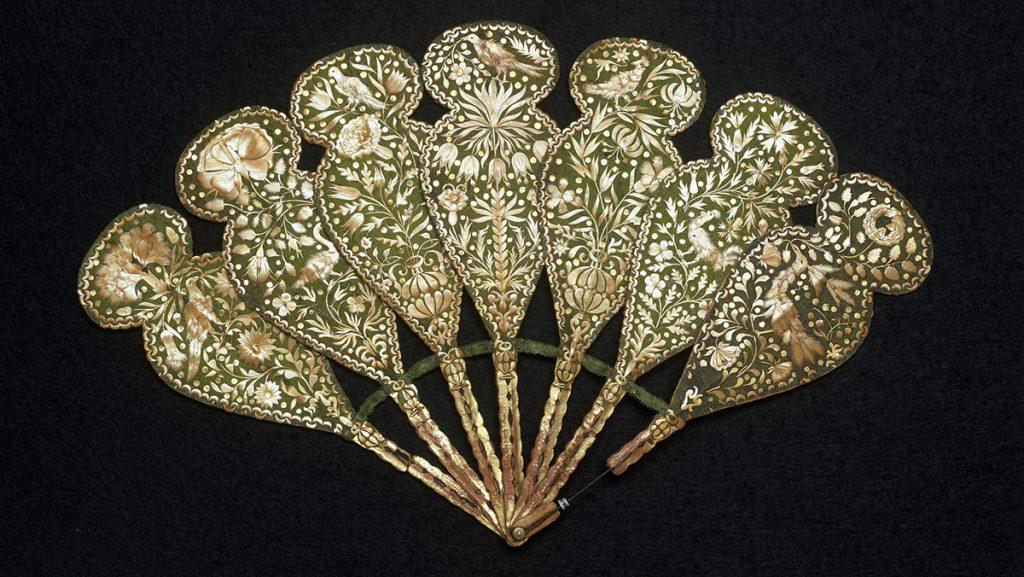 Старинный зелено-золотой веер