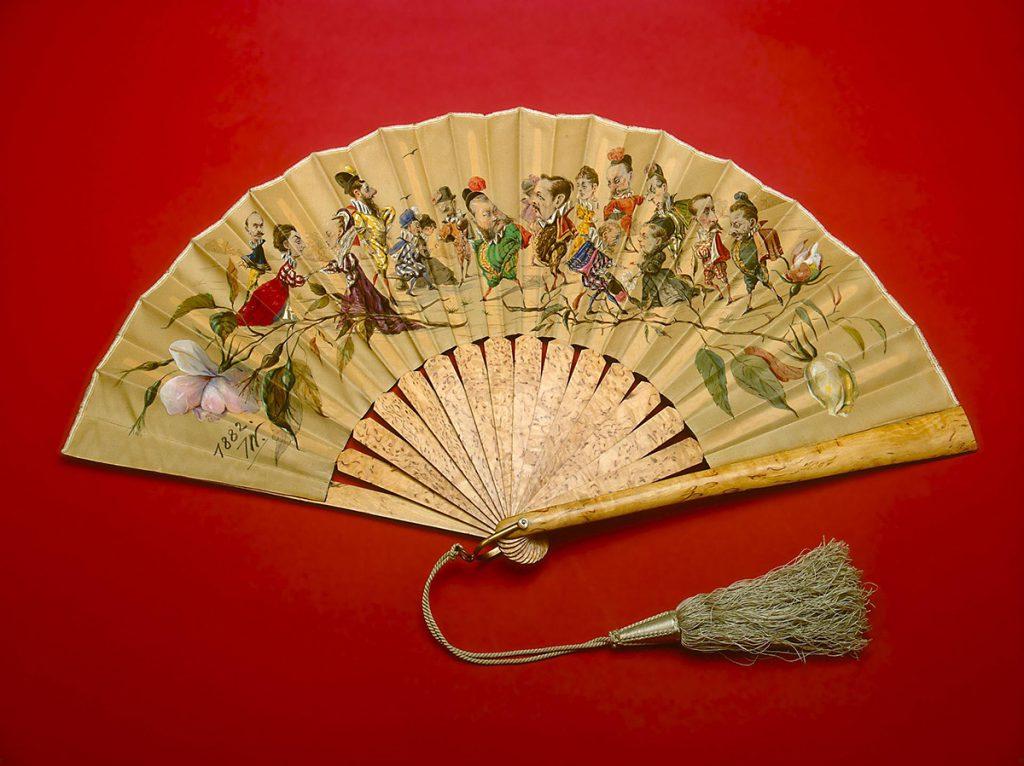 Японский бежевый веер