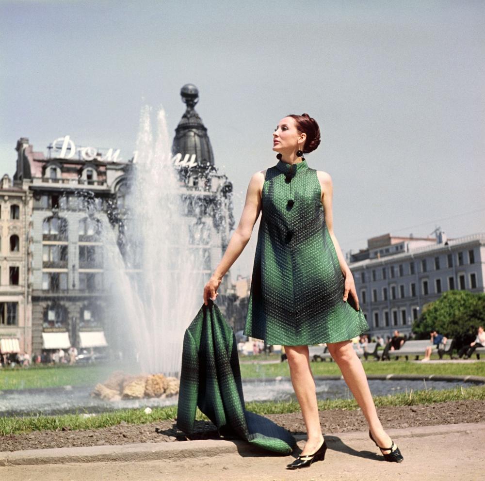 Черно-зеленое платье в стиле 60 годов