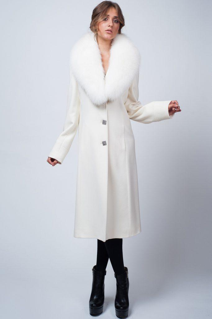 Длинное белое пальто с мехом с черными ботильонами