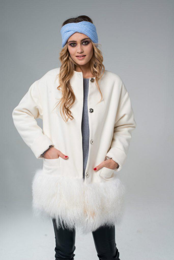 Белое пальто с мехом в нижней части