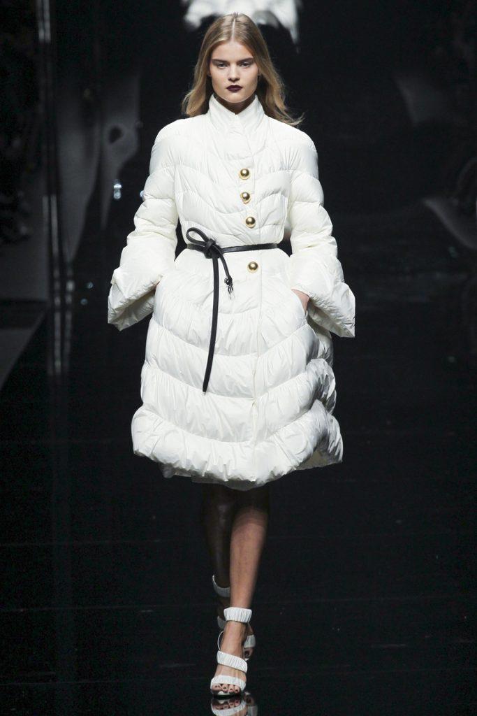 Белое дутое пальто с босоножками
