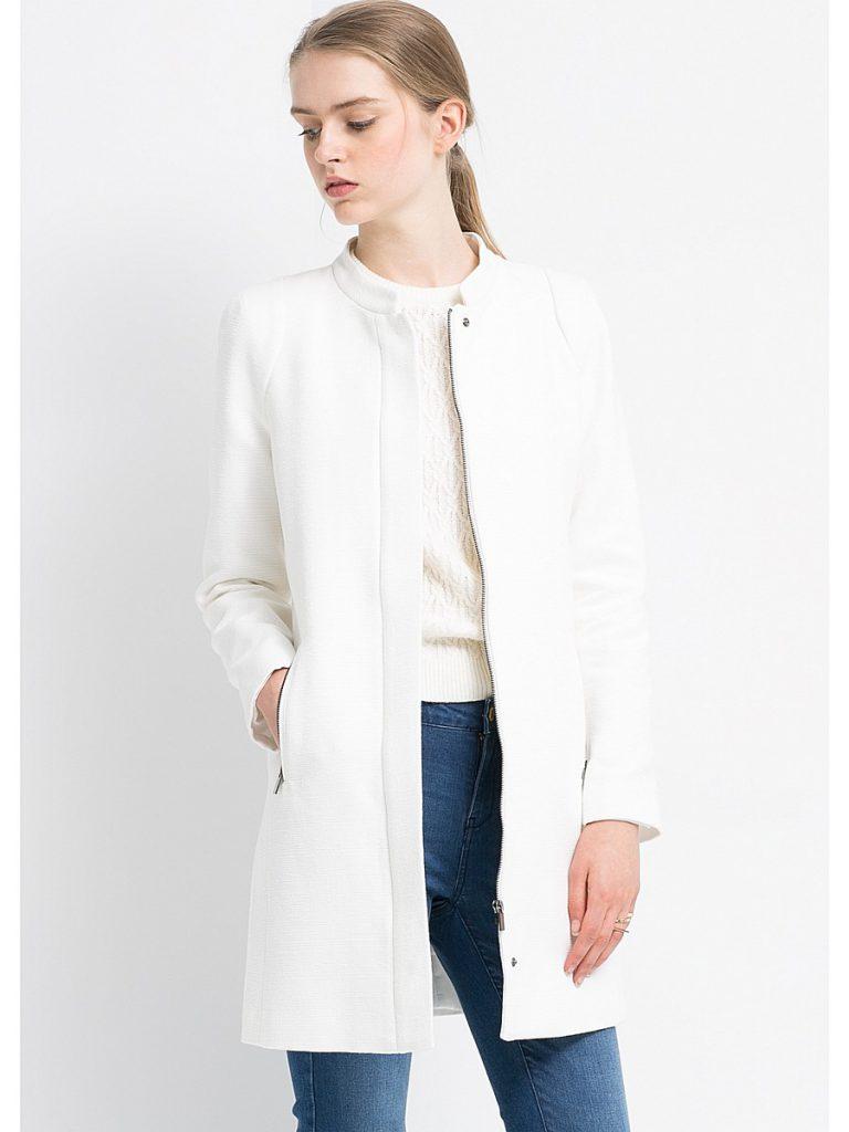 Белое пальто с джинсами