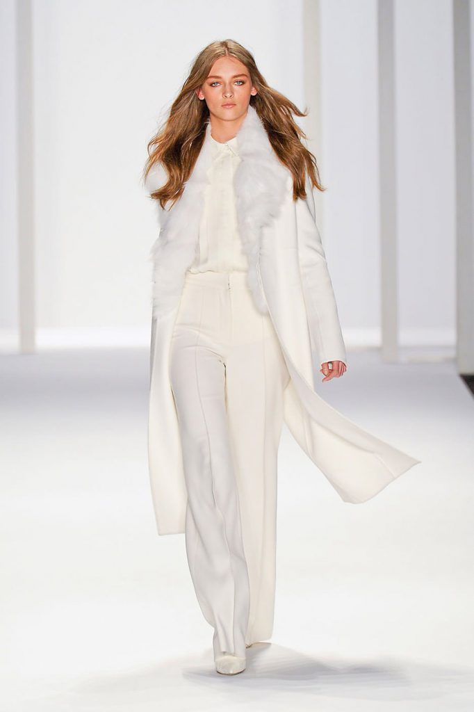 Белое пальто с мехом