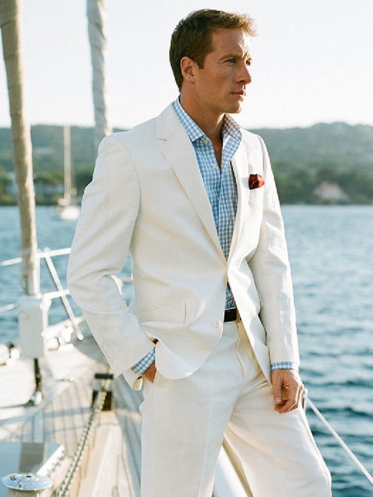 Белый мужской костюм с голубой рубашкой