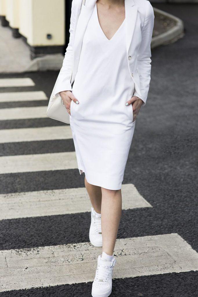 Белое платье, кеды, сумка и жакет