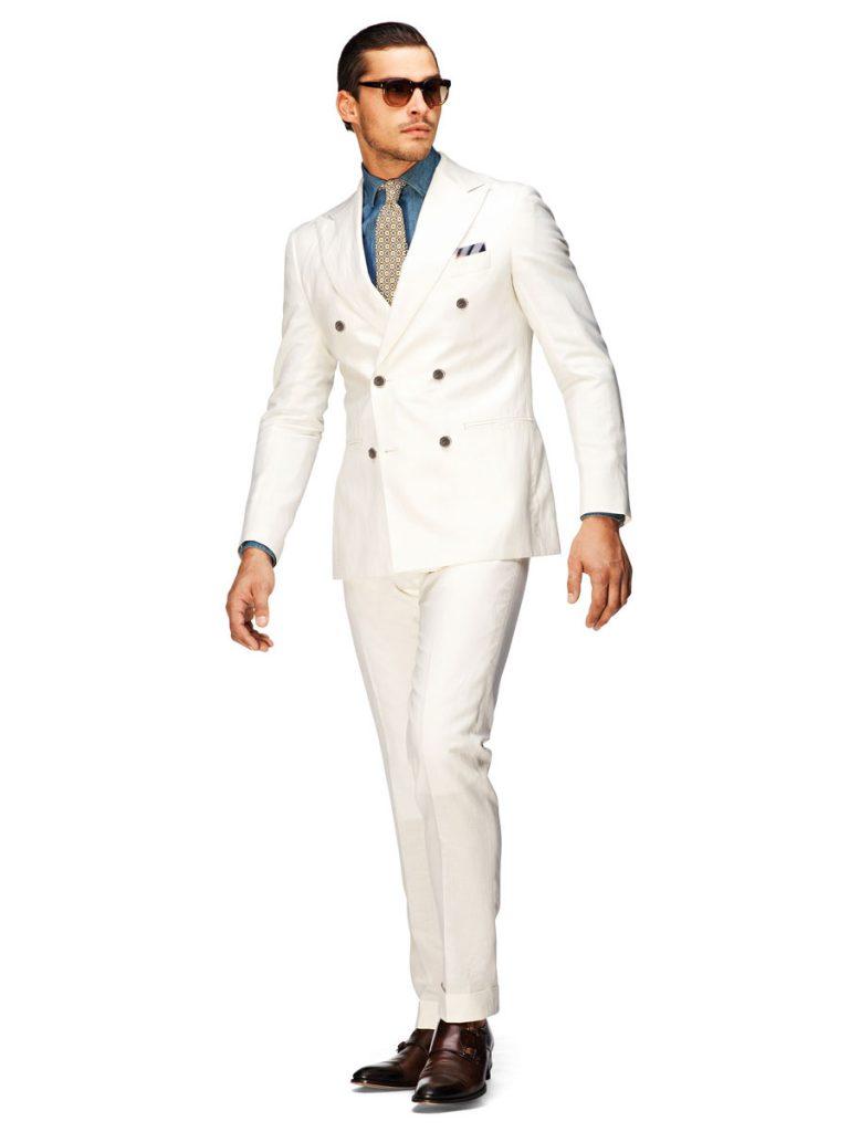 Белый мужской костюм с синей рубашкой и коричневыми туфлями