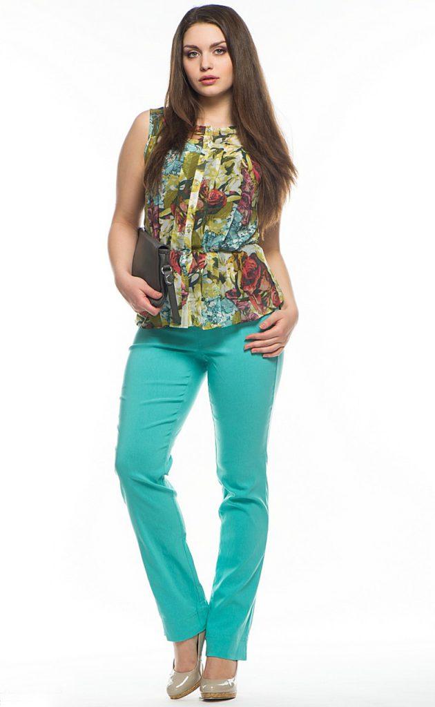 Бирюзовые брюки с разноцветной блузкой