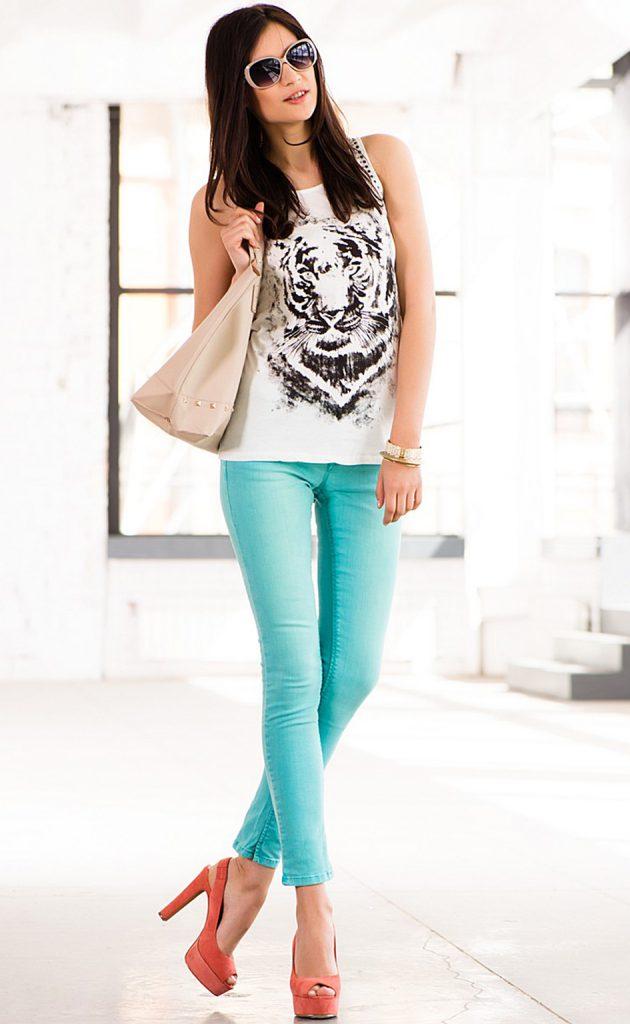 Бирюзовые брюки с черно-белой майкой