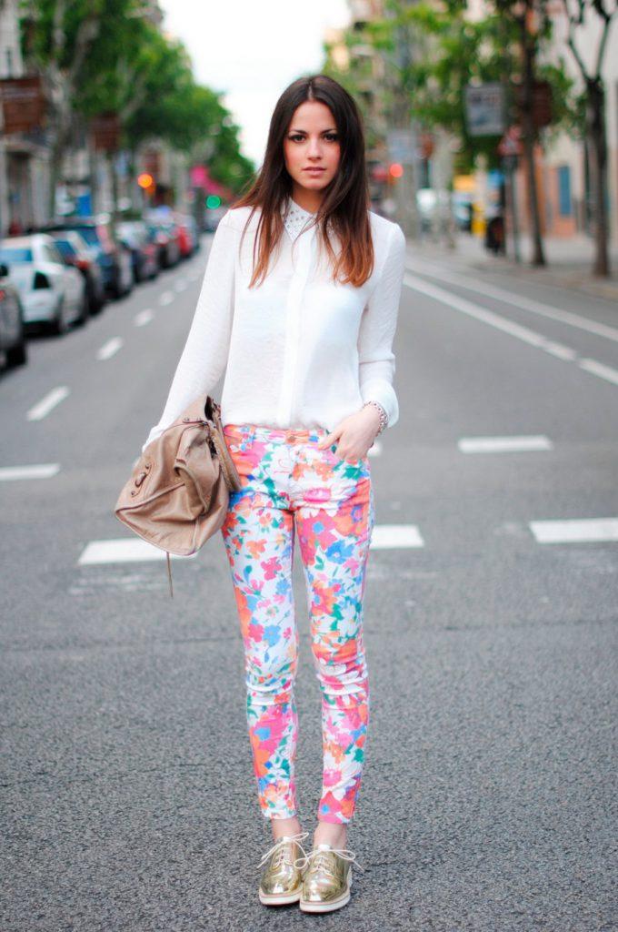 Белая рубашка и цветочные брюки