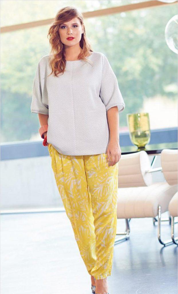 Желтые брюки с цветочным принтом для полных девушек