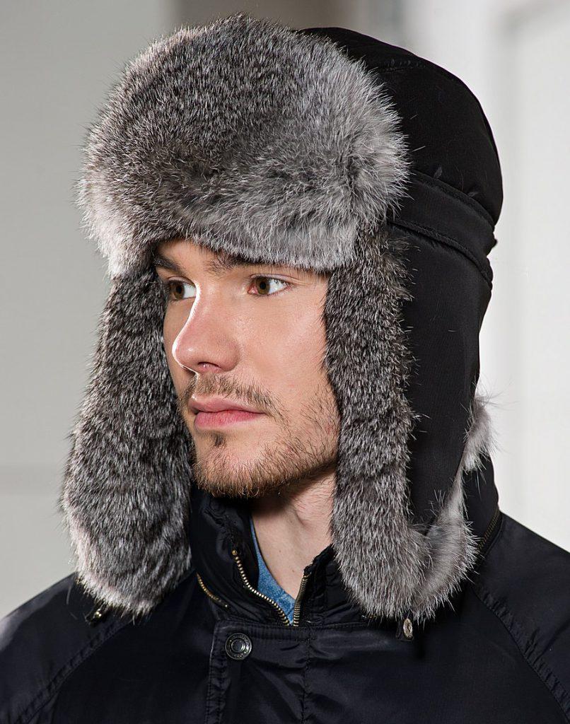 Красивая черно-серая мужская меховая шапка ушанка