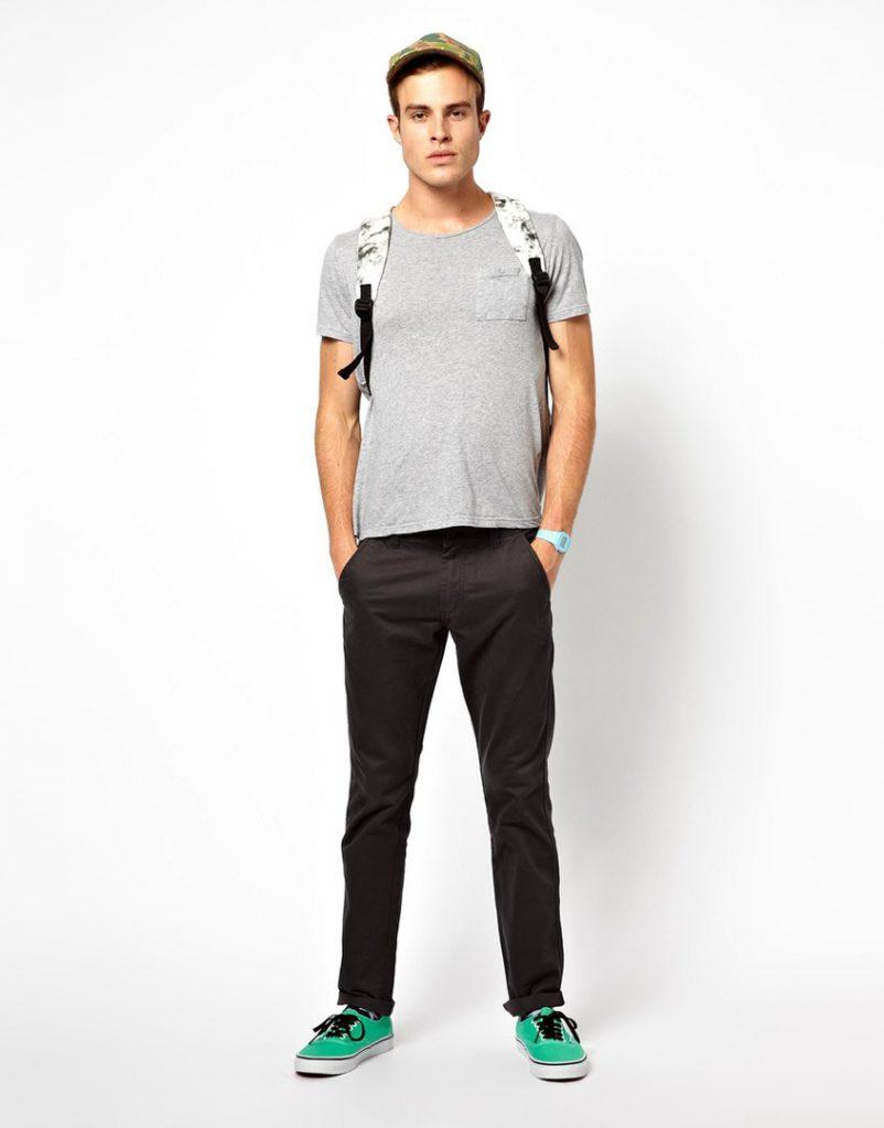 Черные мужские чиносы с серой футболкой