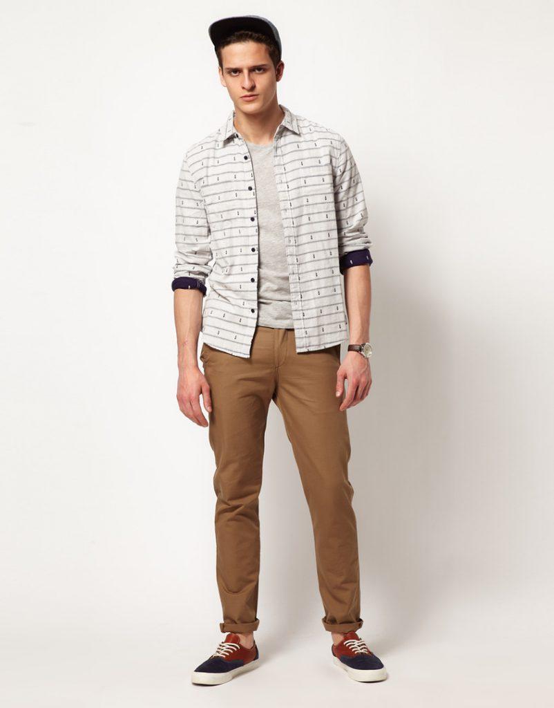 Песочные мужские чиносы с рубашкой