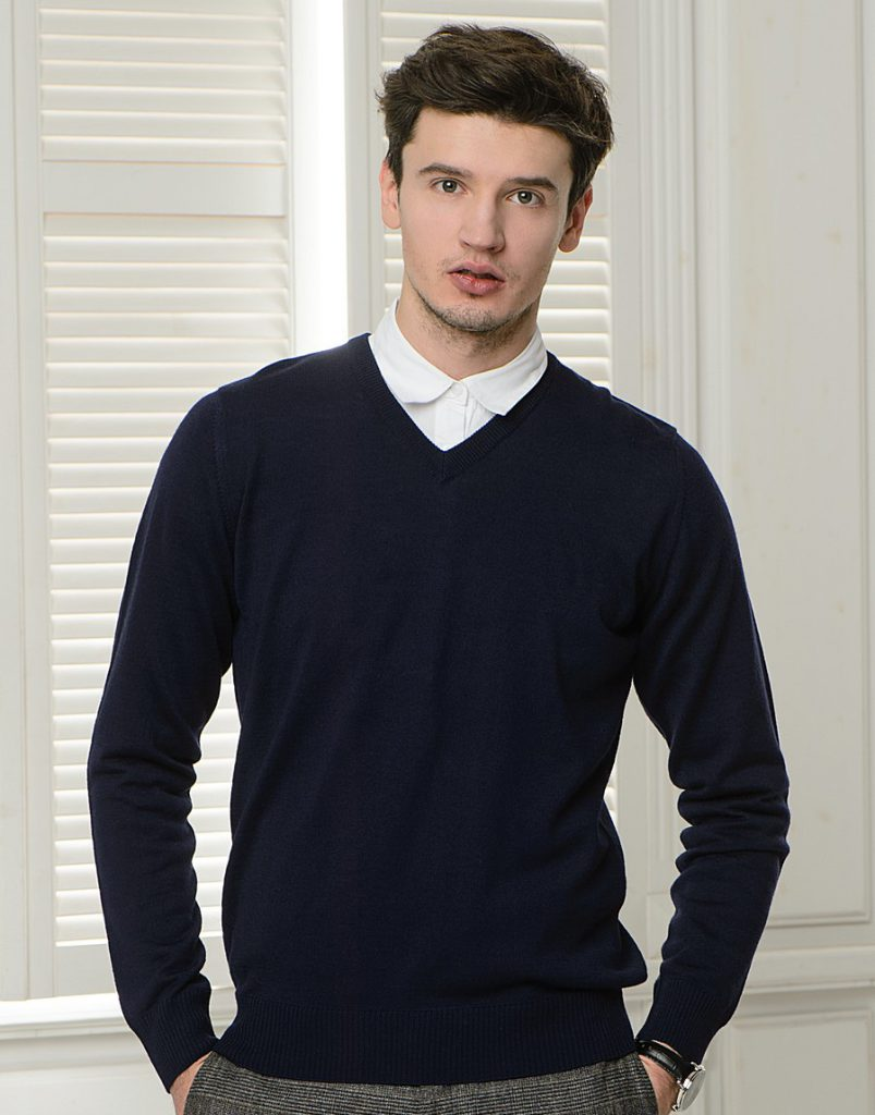 Черный стильный мужской пуловер