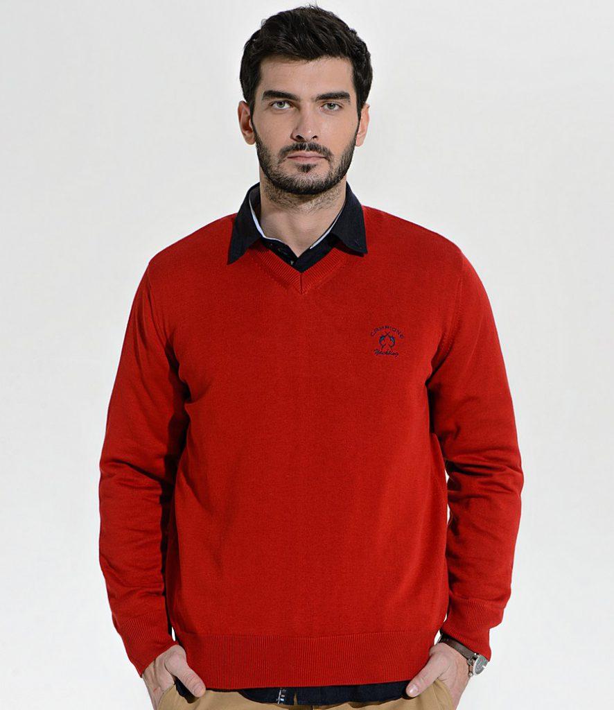 Красный мужской пуловер с вырезом с рубашкой