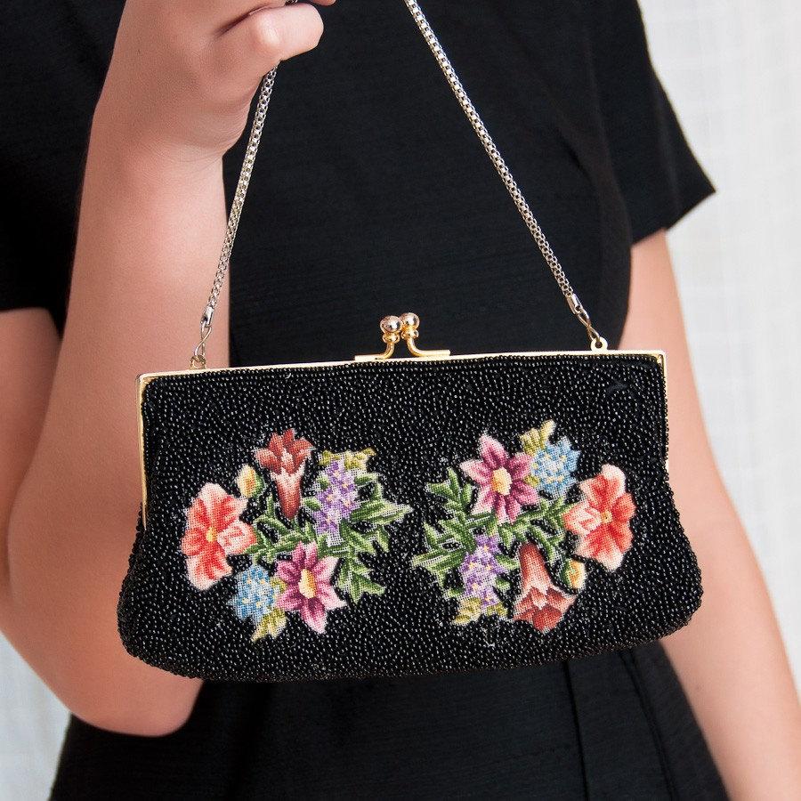 Черная маленькая сумка с цветочной вышивкой и бусинами