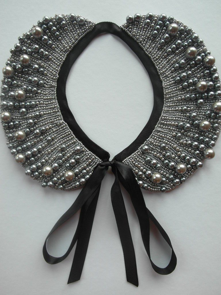 Серый накладной воротник с вышивкой бусинами