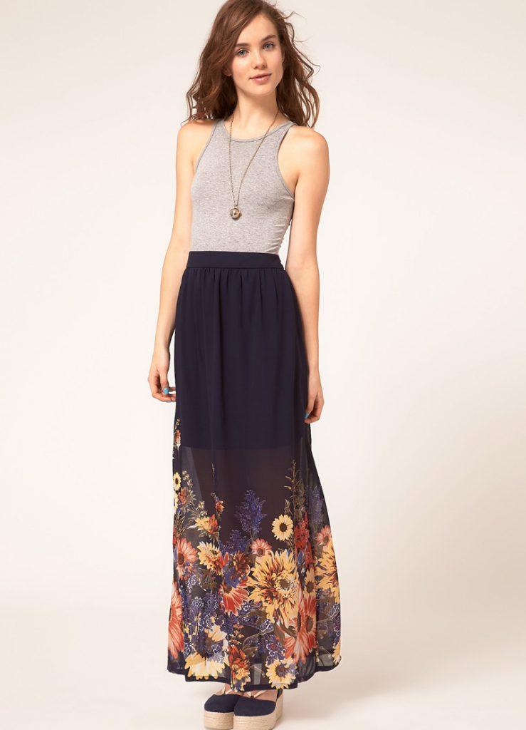 Темно-синяя юбка в пол с цветочным орнаментом с серой майкой