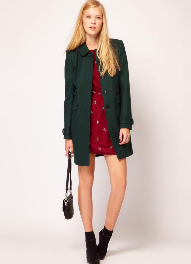 Зеленое пальто с черными босоножками