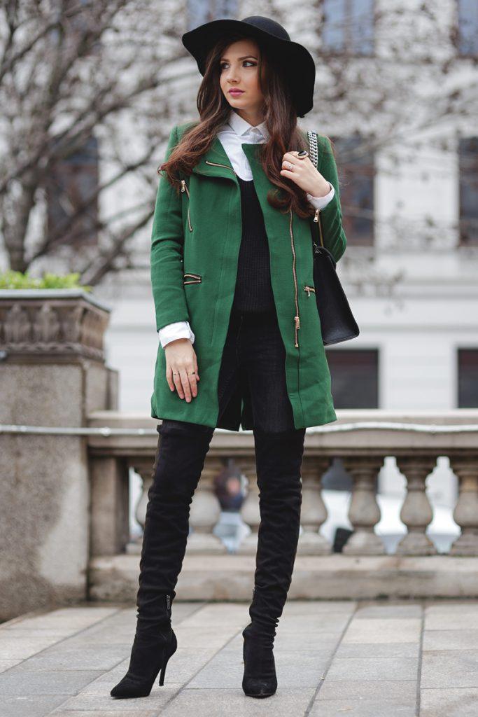 Зеленое пальто с черными высокими сапогами и шляпой
