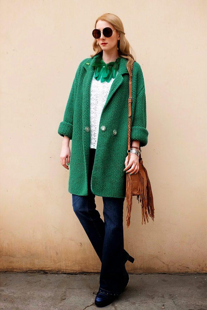 Короткое вязаное зеленое пальто с коричневой сумкой