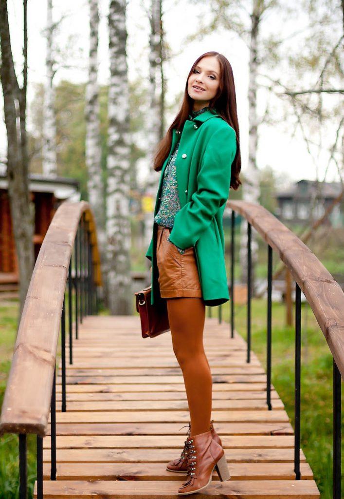 Зеленое пальто с коричневыми полуботинками