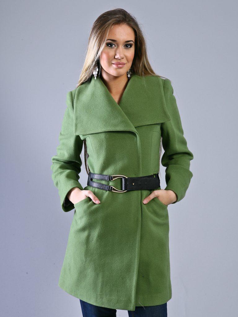 Зеленое пальто с черным поясом