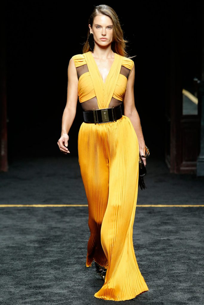 Черный пояс с желтым платьем
