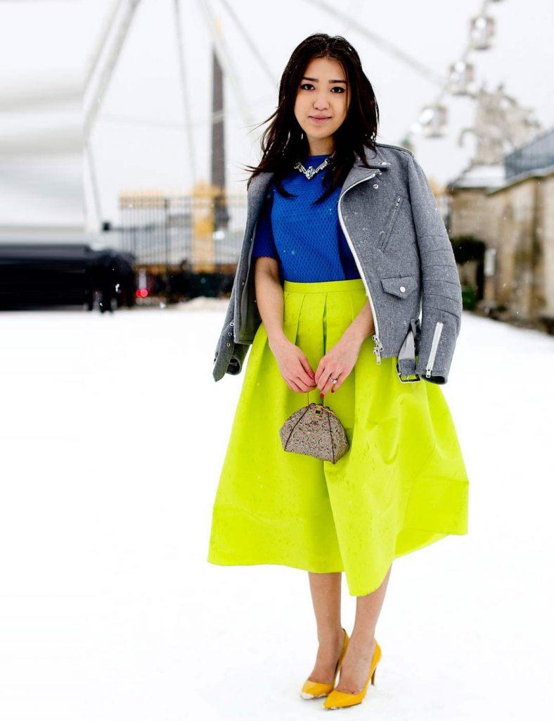 Желто-зеленая юбка с синей блузкой