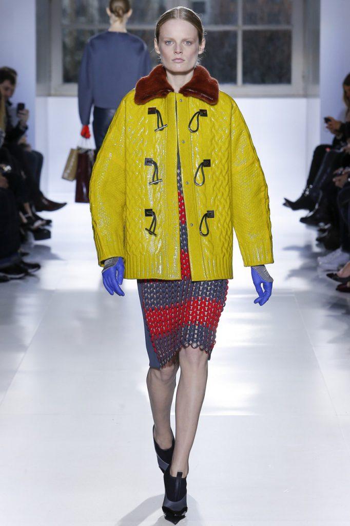 Желтая куртка с красным и синим цветами