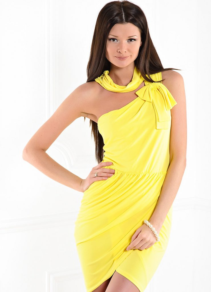 Яркое желтое платье