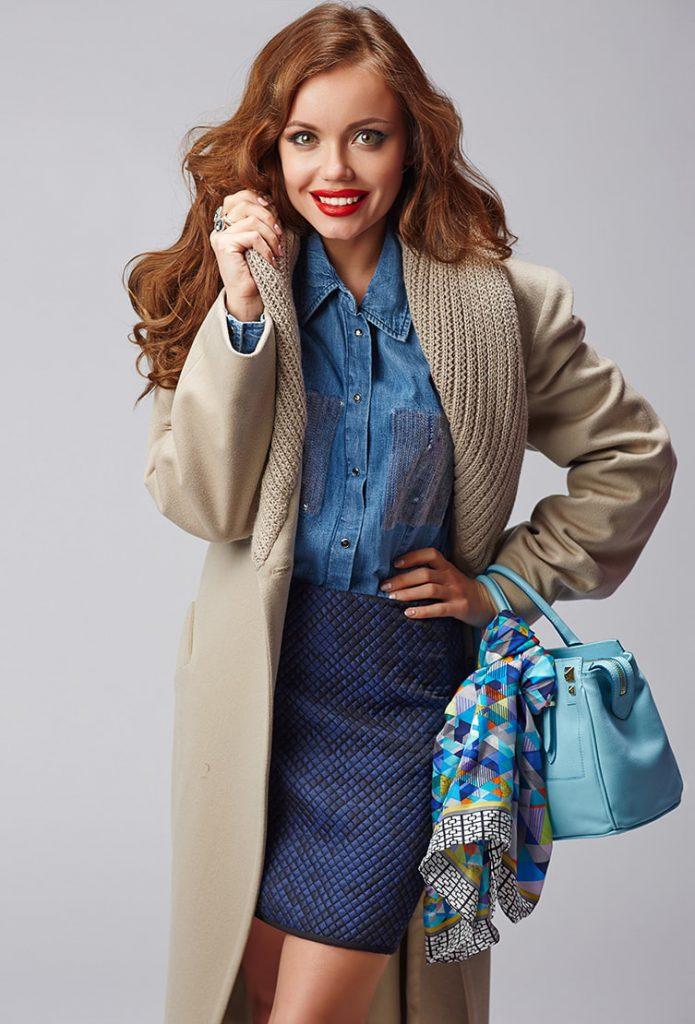 Бежевое пальто с синей юбкой и джинсовой рубашкой