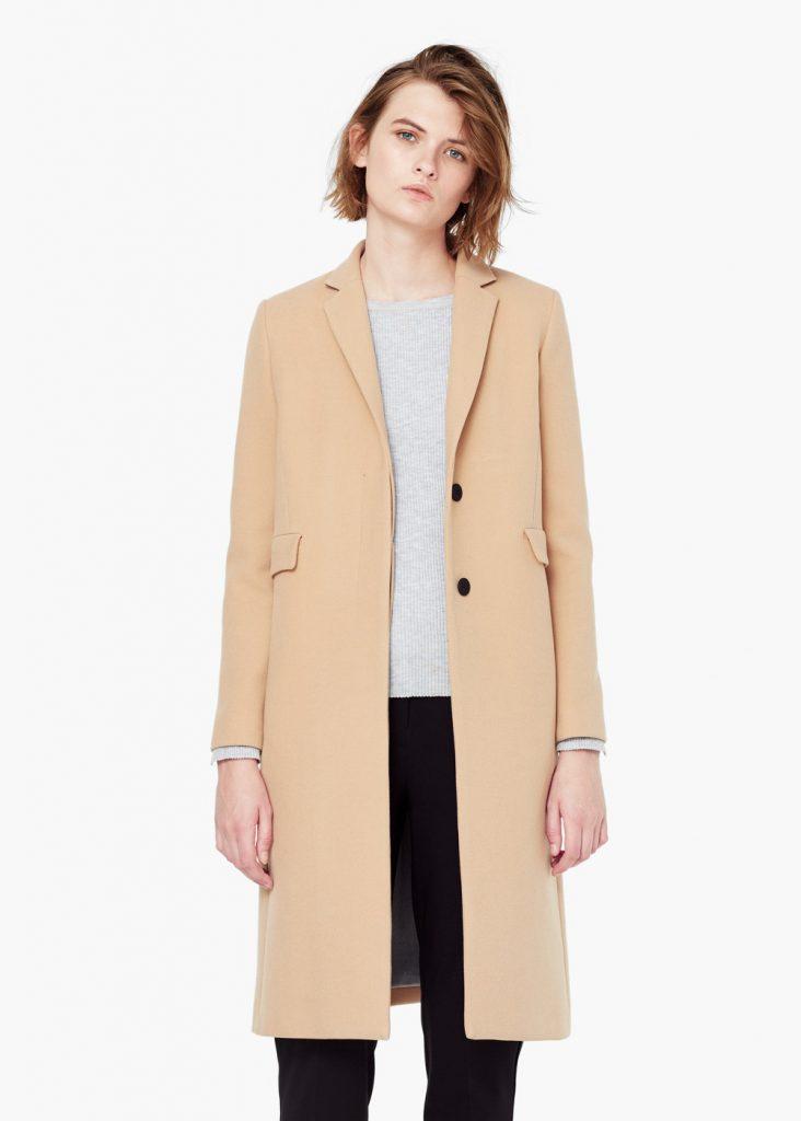 Бежевое пальто с серой кофтой и черными брюками