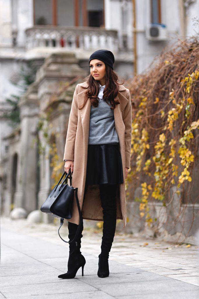 Бежевое пальто с черно-серой одеждой