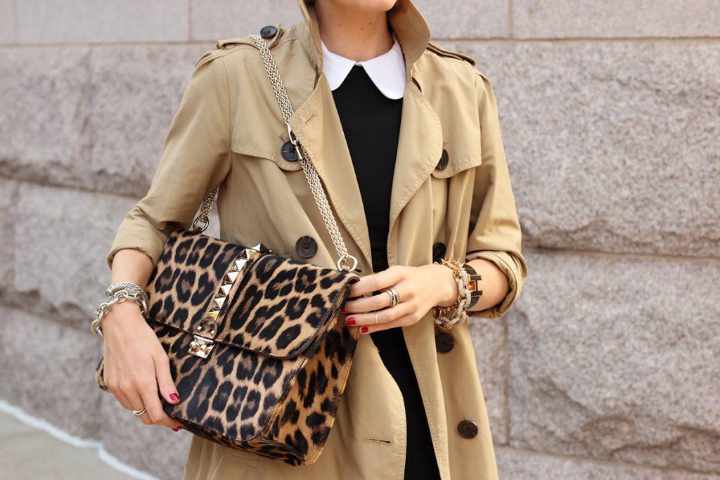 Бежевое пальто с леопардовой сумкой