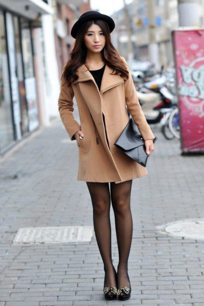 Бежевое пальто с черными аксессуарами