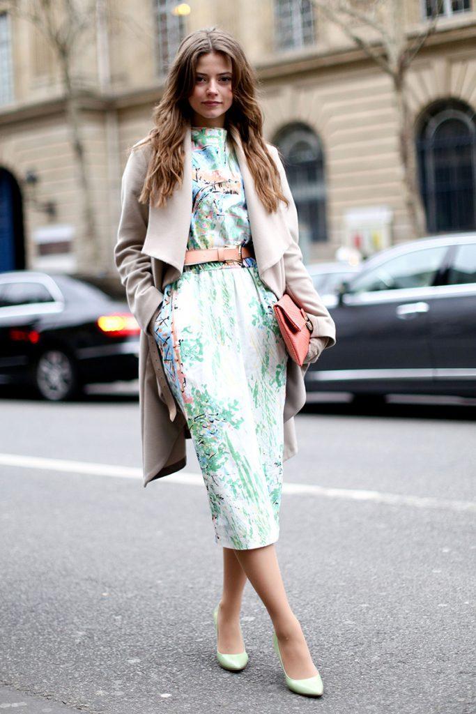Бежевое пальто с мятным платьем и туфлями